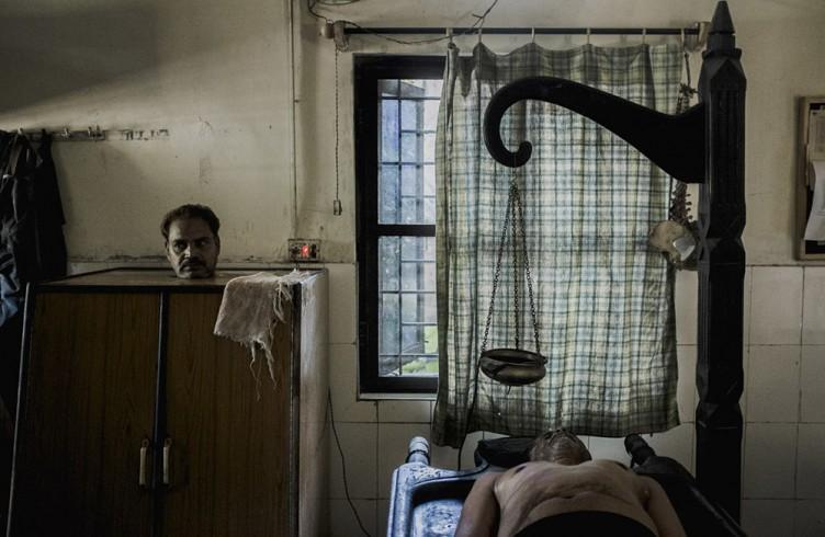 Ancora oggi la popolazione di Bophal risente delle conseguenze del disastro  del 1984. Alla iSambhavna Trust Clinic due uomini sono sottoposti a cure mediche. Tra i disturbi più diffusi quelli oculari, ortopedici, mancanza di respiro, insonnia.