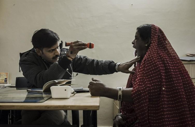 Alla  Sambhavna Trust Clinic le persone vengono curate gratuitamente. I maggiori disturbi riguardano le articolazioni,  insonnia, problemi alla respirazione e alla vista.
