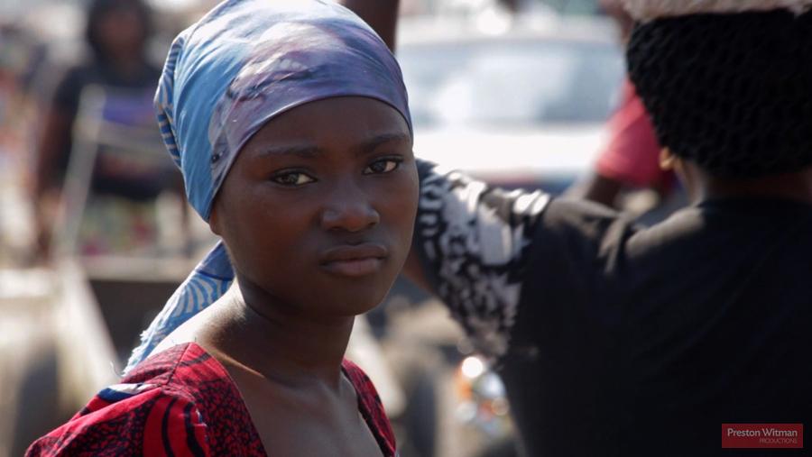 Una ragazza di Kinshasa che non è mai stata al cinema e probabilmente non ne vedrà mai uno nella sua città.