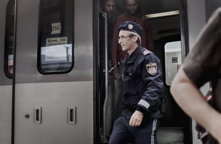 La polizia austriaca fa scendere dal treno due rifugiati ammanettati. Saranno rimandati in Italia secondo la Convenzione di Dublino che prevede che i migranti e rifugiati chiedano asilo nel primo stato europeo in cui entrano.