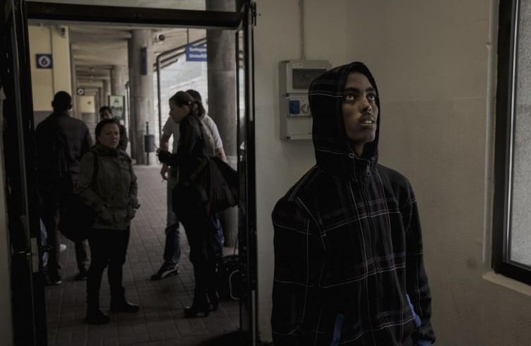 Un rifugiato sta controllando il tabellone degli rari del treno. Sta per prendere quello per Monaco di Baviera senza sapere se riuscirà ad evitare i poliziotti