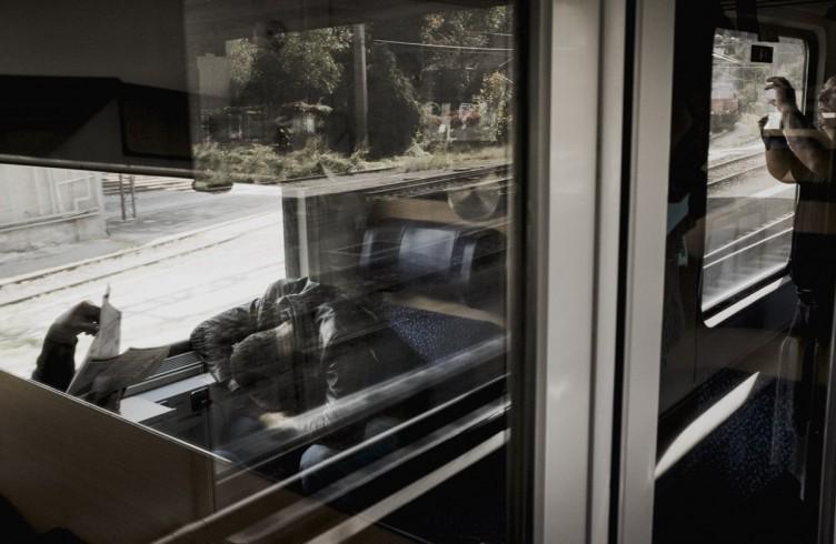 Un profugo si riposa sul treno per Monaco di Baviera
